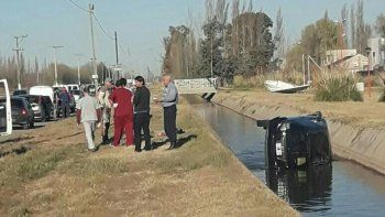Un conductor perdió el control de su auto y terminó dentro del canal