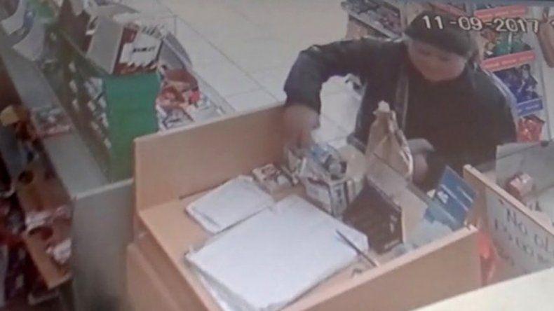 El dueño del kiosco revisó las grabaciones hasta que vio el robo.