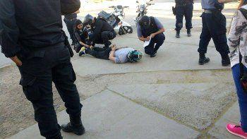un motochorro le robo la cartera a una mujer y lo quisieron linchar