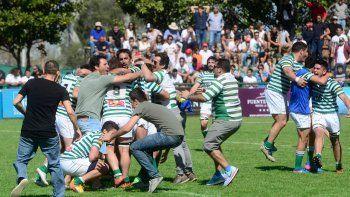 La explosión del final. Jugadores e hinchas desataron el festejo de la Hormiga en pleno campo de juego.