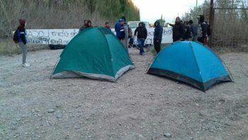 Un grupo de desocupados bloquea la entrada a YPF en Allen
