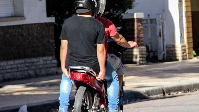 Circulaba en moto con un revólver y lo atrapó la Policía