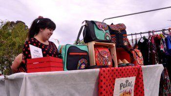 La artesana expone sus diseños en la Feria de la Calesita.