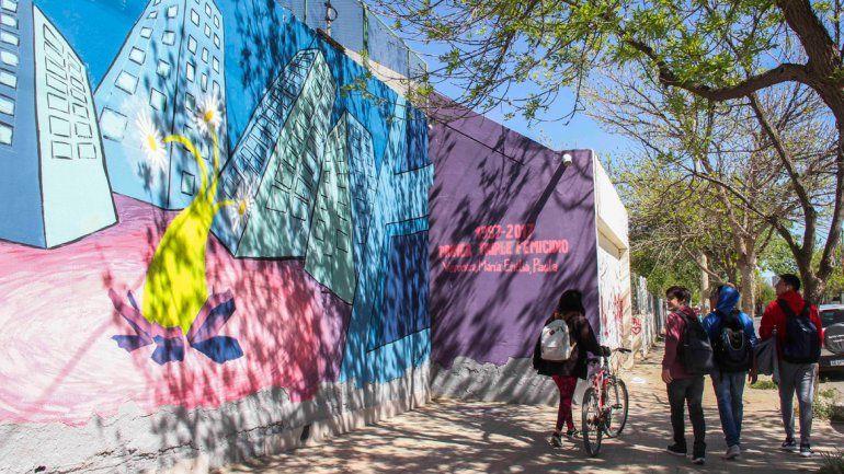 El mural se encuentra en un paredón ubicado en la esquina de las calles Belgrano y Brown