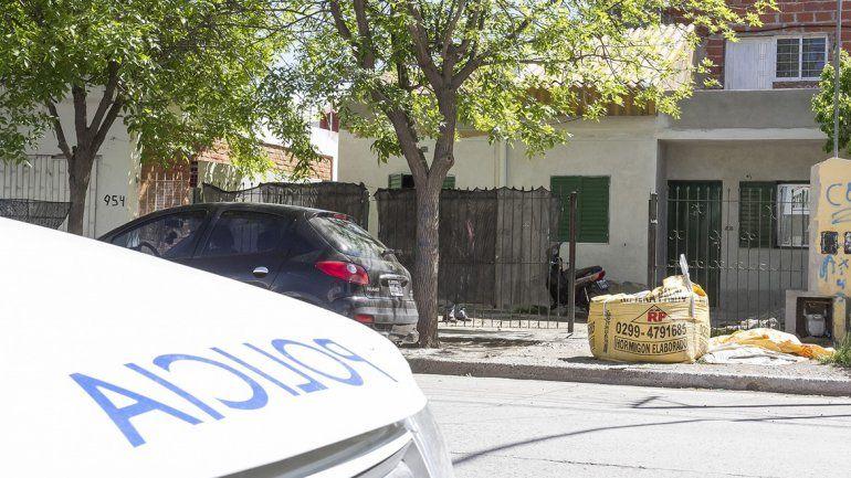 Allanaron una casa y encontraron armas y un teléfono robado a una mujer