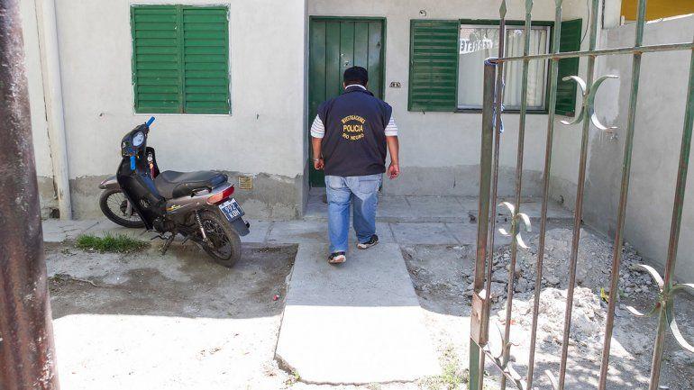 Los efectivos de la Brigada de Investigaciones encontraron en la casa allanada dos armas y varios proyectiles.