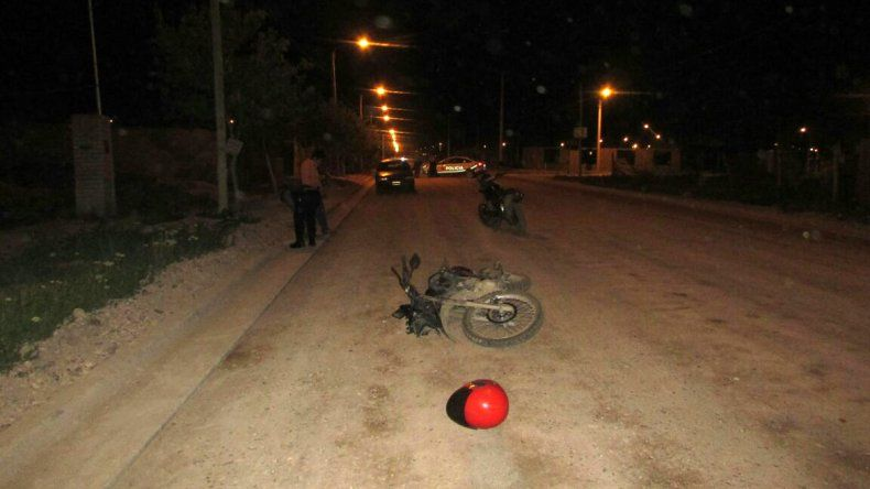 Dos adolescentes en moto chocaron de frente y sufrieron heridas graves en el DVN