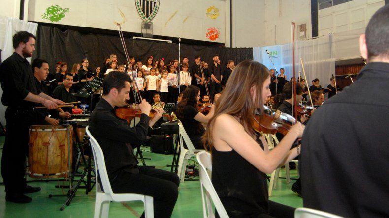 El espectáculo coral de la Filarmónica de Cipolletti se realizó en la cancha de básquet del Club Cipolletti.