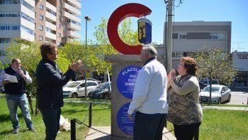 El monolito está en la plazoleta de Fernández Oro y 25 de Mayo.