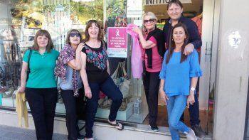 Lalcec y la Cámara de Industria y Comercio comenzaron a vestir de rosa a la ciudad en el marco de la campaña de lucha contra el cáncer de mama.