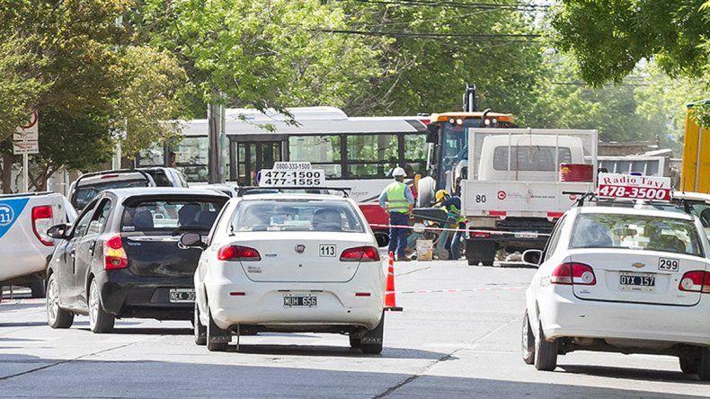 Las tareas de los empleados municipales generaron caos de tránsito.