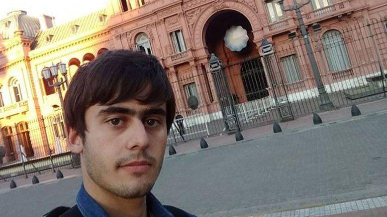 Selfie frente a la Rosada. Agustín presentó un pedido en el Congreso.