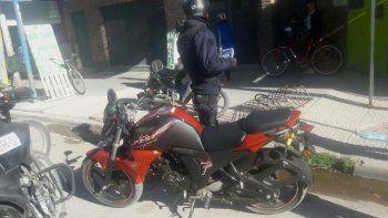 lo atraparon con una moto robada y a violento con pedido de captura