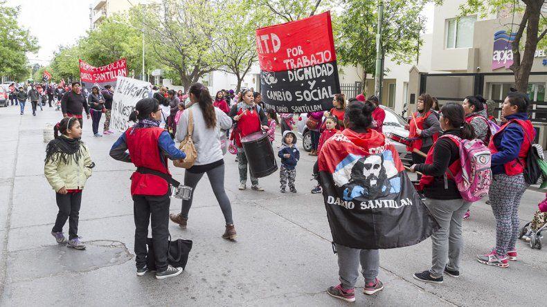 Con ollas populares, los comedores protestan frente al Municipio por entrega de alimentos
