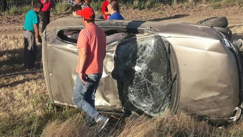 Una familia neuquina volcó en la Ruta 22 cerca de Allen