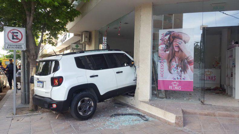 La camioneta se incrustó en un comercio ubicado en el Hotel Polans.