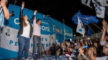 María Emilia Soria festejó la victoria en un acto que compartió junto a su hermano, e intendente de Roca, Martín.