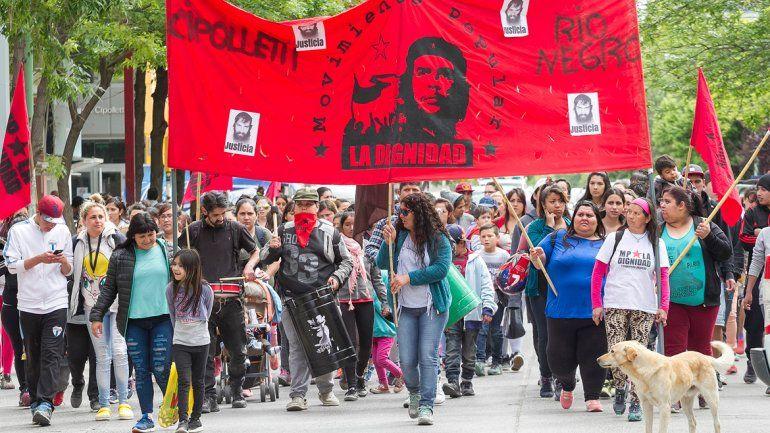 Alrededor de un centenar de militantes de la organización La Dignidad marcharon para pedir un reconocimiento a las mujeres que trabajan en los merenderos.