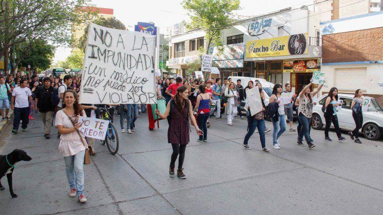 Los universitarios salieron a respaldar a la víctima con una masiva marcha.