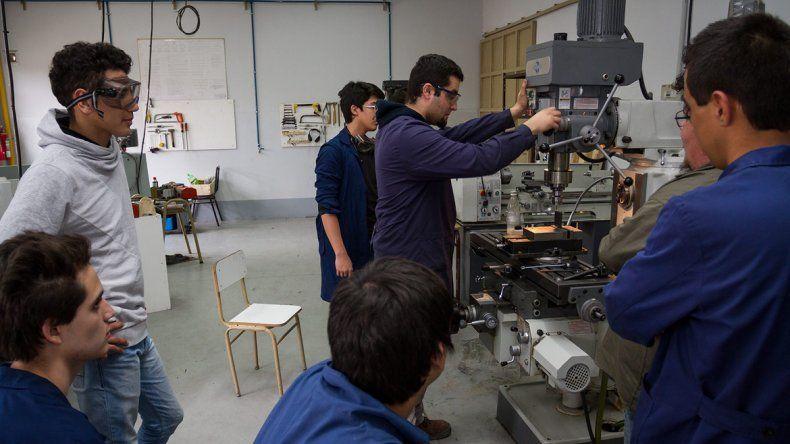 Los talleres que sirven para desarrollar oficios son un imán para los padres y los adolescentes cipoleños.