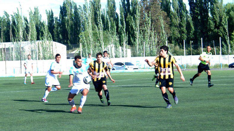Lawreniuk jugó un gran segundo tiempo y marcó el primer tanto de La Amistad a los 5 del complemento.