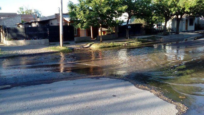 Los vecinos del barrio Luis Piedrabuena amanecieron con río frente a sus casas