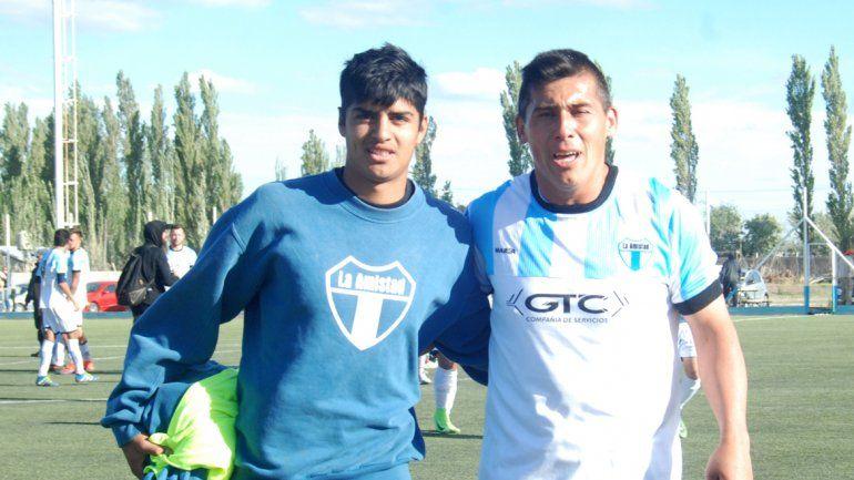 El Aqua y Daniel Romero la tarde que el tío delantero marcó un gol clave para la permanencia de La Amistad.