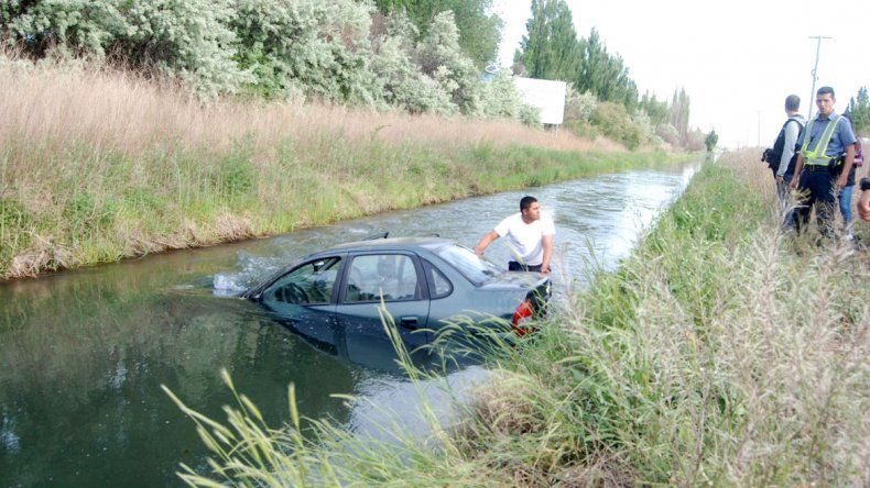 Se despistó, cayó al canal y los vecinos le salvaron la vida