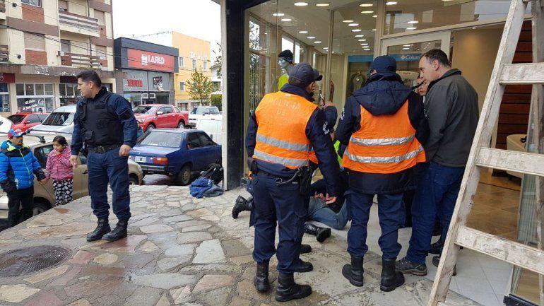 Con peluca y el arma reglamentaria, un policía robó un comercio en Bariloche