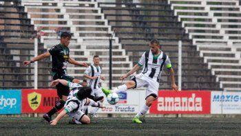 Sin gente en las tribunas y bajo la lluvia, Cipolletti fue un puñado de nervios ante Villa Mitre, que lo derrotó.