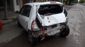 El Renault Clio terminó con la parte trasera destruida tras la colisión.
