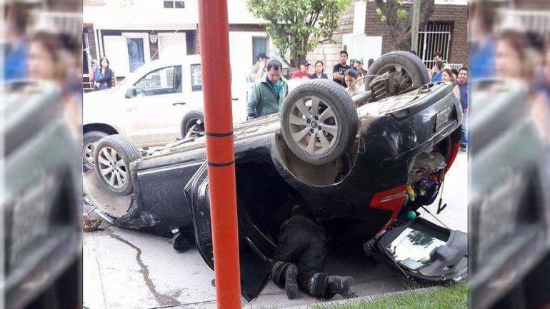 Un joven chocó contra una camioneta estacionada y volcó sobre avenida Alem