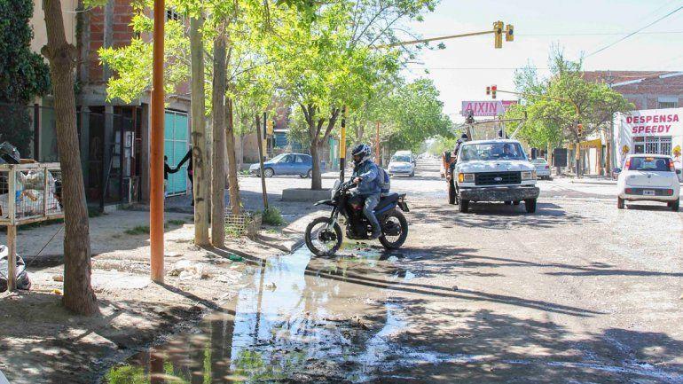 La calle Santa Cruz recibe mucho tránsito desde el cruce con Mengelle.