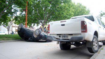 El Citroën C4 quedó tumbado sobre la calle Alem. Metros antes de chocar, el conductor pasó de largo un badén.