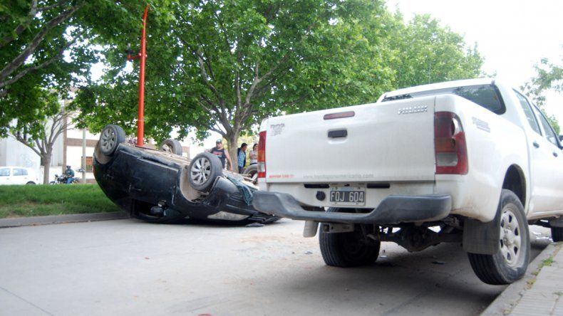 El Citroën C4 quedó tumbado sobre la calle Alem. Metros antes de chocar