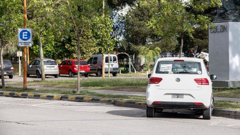 En la calle Fernández Oro se instaló señalización para estacionar en paralelo