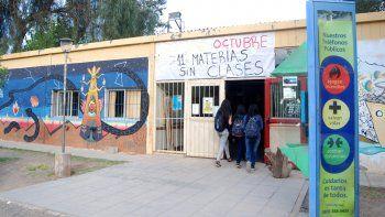 El denunciado se desempeña como docente viajero en la Facultad de Ciencias de la Educación de la UNCo.