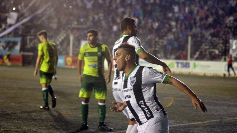 La celebración de gol de Sosa en el empate frente a Ferro de General Pico