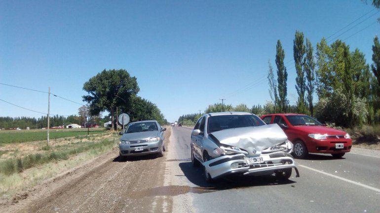 Choque en cadena: un auto terminó dentro del desagüe en Guerrico
