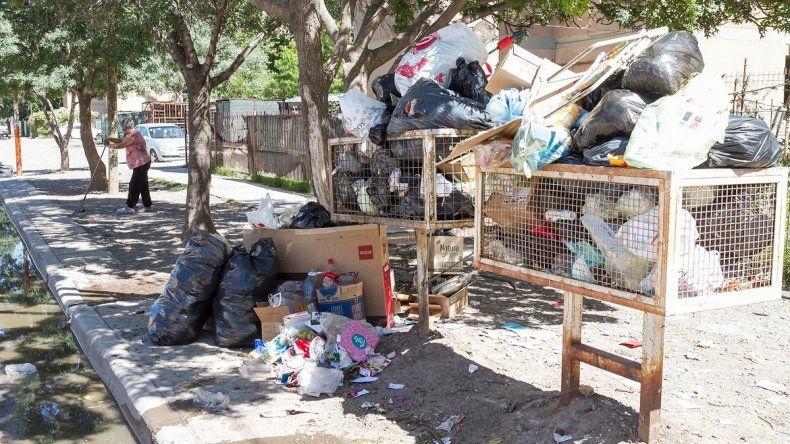La basura se acumuló en los canastos domiciliarios de muchos barrios de la ciudad.