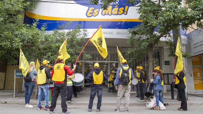 El Sindicato de Empleados de Comercio se movilizó por los despidos sorpresivos en Lucaioli y Saturno Hogar