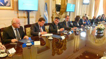 El gobernador rionegrino firmó ayer el acuerdo en la Casa Rosada.