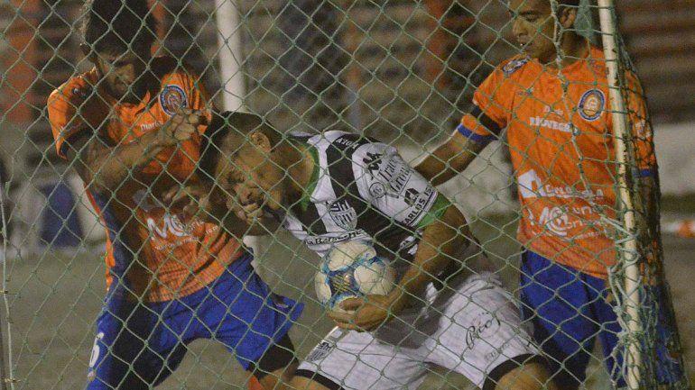 A Velázquez ya lo habían expulsado contra Independiente de Neuquén en La Chacra. Contra Roca sumó su segunda roja.
