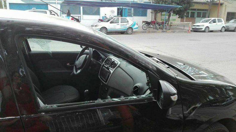 Delincuente le rompió el vidrio del auto y le robó la cartera