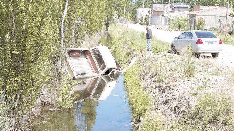 La camioneta Ford terminó en medio del cauce del desagüe.