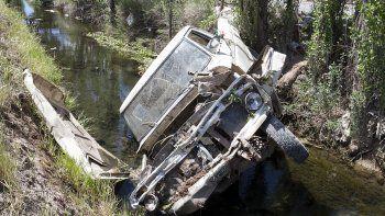 Perdió el control  de su pickup y terminó dentro del desagüe