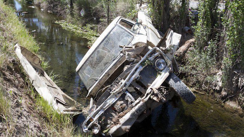 Perdió el control  de su pickup y se cayó al desagüe