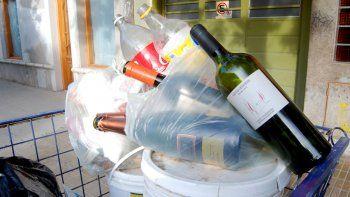Las botellas de alcohol se acumulan en las calles, signo de un drama.