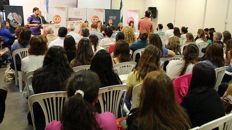 El encuentro se realiza en la sede local de la Universidad de Flores.