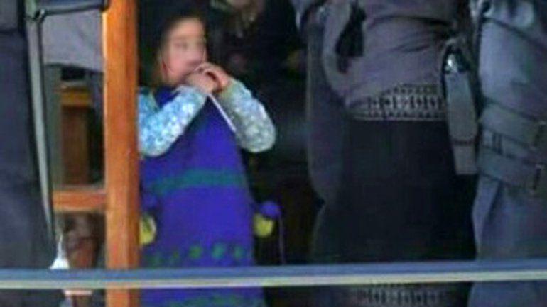 La niña tiene en sus muñecas un precinto aplicado por las fuerzas federales.